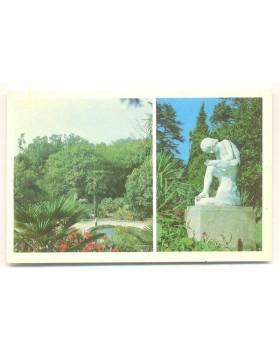 В приморском парке. Парковая скульптура `Мальчик, вынимающий занозу`