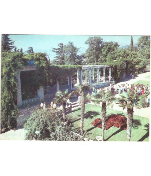 Колоннада Летнего театра на партере Верхнего парка