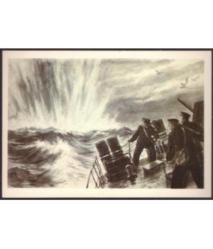 Морской охотник бомбит вражескую подводную лодку