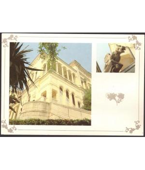 Крым. Ливадийский дворец. Южный фасад дворца. Скульптура химеры на лестнице дворца