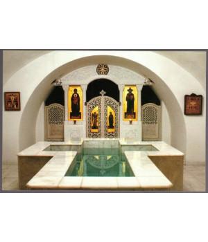 Вид на иконостас и крестильня